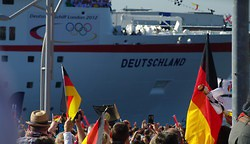 Die MS Deutschland kommt mit den Olympia-Athleten in Hamburg an (Photo)