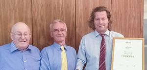 Goldmedaille der Handwerkskammer für Schwaben: Stefan Fischer 50 Jahre bei Schreinerei Sedlmeyr in Rinnenthal