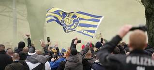 Fanmarsch des 1. FC Lok Leipzig vorm Derby gegen die BSG Chemie