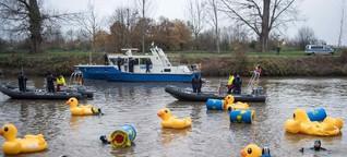 Mit Gummi-Enten gegen Atommüll – Proteste gegen Castor-Spezialschiff