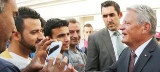 Bundespräsident besucht Flüchtlingsheim in Wilmersdorf: Gauck: Es gibt auch ein helles Deutschland