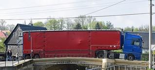 Lkw bleibt auf Brücke in Großschönau hängen
