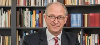 Initiator Roland Kaehlbrandt erklärt den großen Diktatwettbewerb