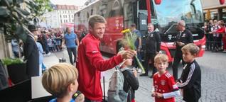 Leipziger Fans bringen Bayern Münchens Thomas Müller ein Geburtstagsständchen