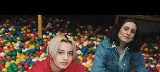 "Mavi Phoenix im Gespräch mit Daniela: ""Boys Toys"" & Coming-Out als Transgender | DIFFUS TITELSTORY"