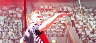 Mega-Chor aus Schülern auf der Bühne